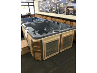 Reconditioned HotTub seats 5 people brand new cabinet!